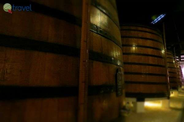 בחביות הענק מתיישנים יינות בני 30 ו- 40 שנה (צילום: ירדן גור)