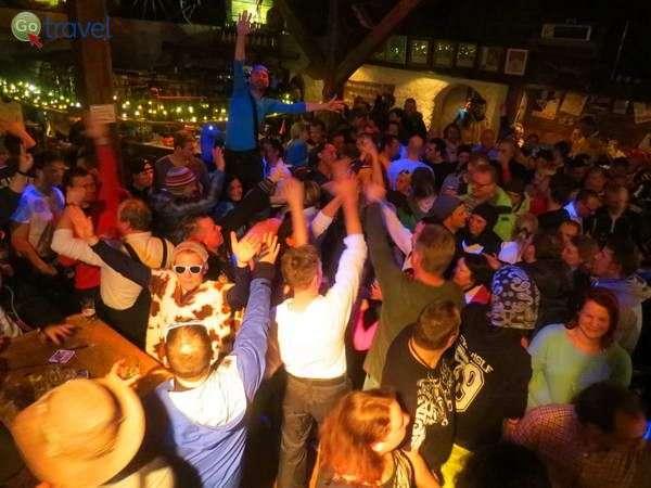הרבה מוסיקה, אלכוהול ושמחה במועדון פאטשי (צילום: כרמית וייס)