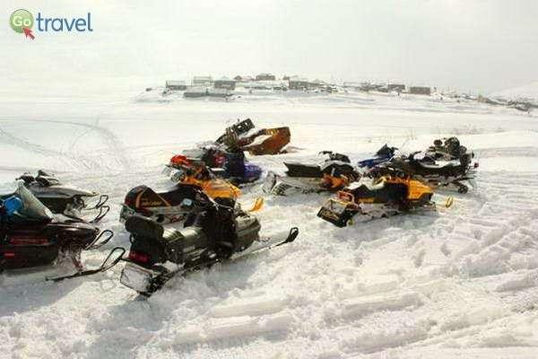 אופנועי שלג עם אגם קפוא (צילום: גלעד תלם)