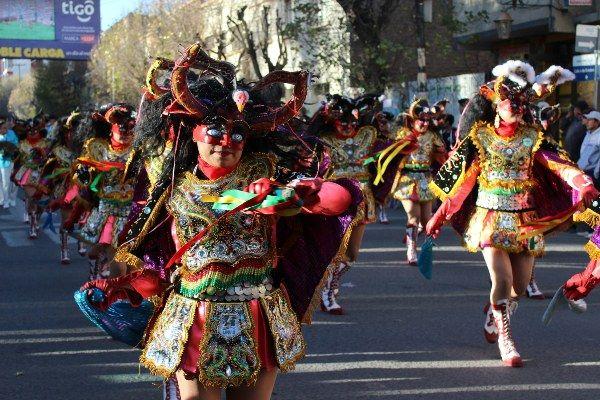 תלבושות ומסכות צבעוניות ממלאות את רחובות העיר (צילום: Rolando Simon)
