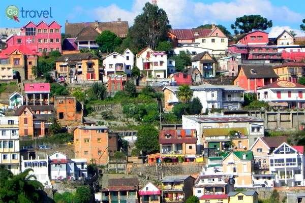עיר הבירה טאנה על בתיה הססגוניים (צילום: רונית הרשקוביץ)