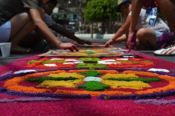 בין הקבוצות השונות ישנה תחרות גלויה מי יציג לראווה את השטיח היפה ביותר (צילום: deunamujergt)