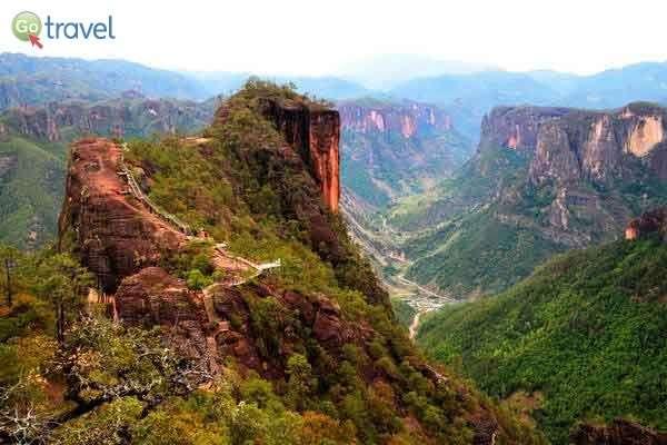 אבן גיר אדומה ב שמורת הר לאוג'ון  (צילום: כרמית וייס)