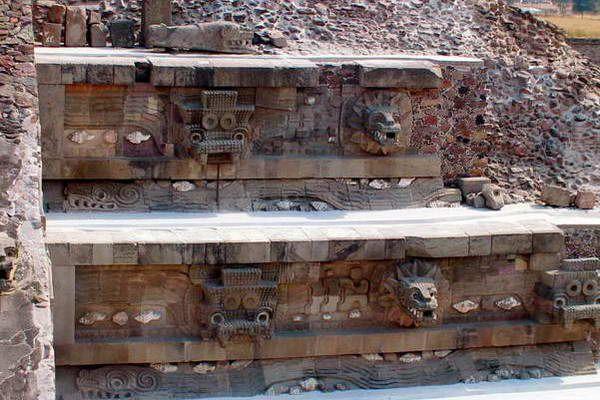 פסלי נחשים מעטרים את המקדשים והפירמידות (צילום: Darij Zadnikar)