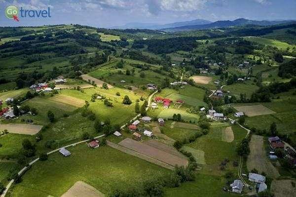 גבעות ירוקות וכפרים ציוריים  (צילום: Mihai Lucîț)