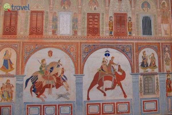 ציירים מוכשרים השאירו חותמם על הקירות ובכל פינה (צילום: רמי דברת)