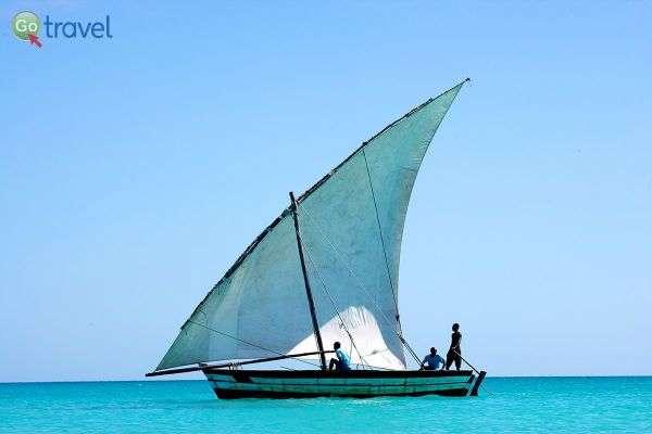 סירה מסורתית שטה במי וזימי הצלולים  (צילום: Vazimi Island)