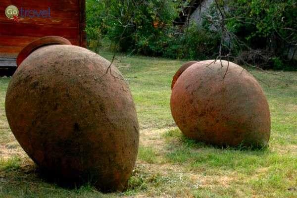 """כדים במוזיאון הפתוח בטביליסי (צילום: ד""""ר רמי דברת)"""