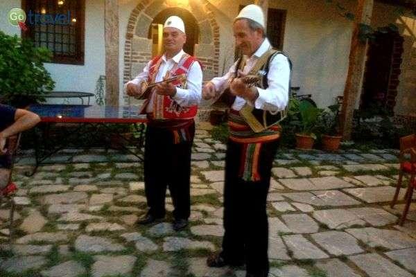צמד נגנים שחושף בפנינו את המוסיקה האלבנית הנעימה (צילום: יפה לוין)