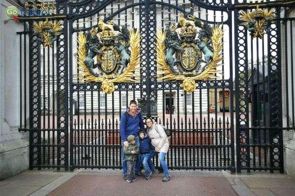 תמונה משפחתית על רקע ארמון בקינגהאם (צילום: ירדן גור)