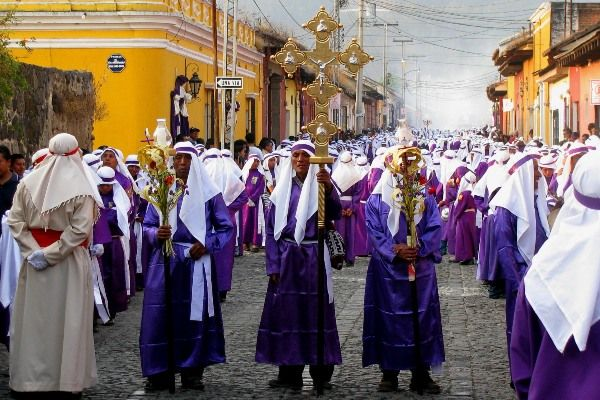 במשך סוף השבוע הקדוש מתקיימות תהלוכות רבות, ולכל אחת מהן אופי וסגנון מיוחד (צילום: Roberto Urrea)