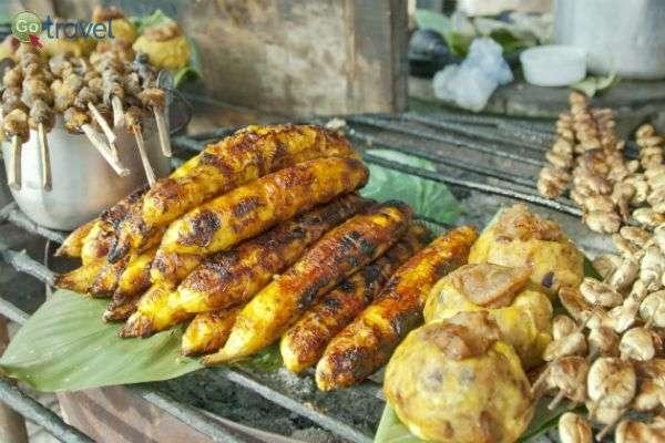 תירס פרואני על גחלים נמכר כאוכל רחוב (באדיבות דפנה אשכול)