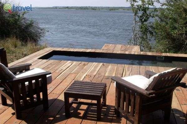 להתרווח במרפסת הרזורט שעל הנהר (צילום: רונית הרשקוביץ)