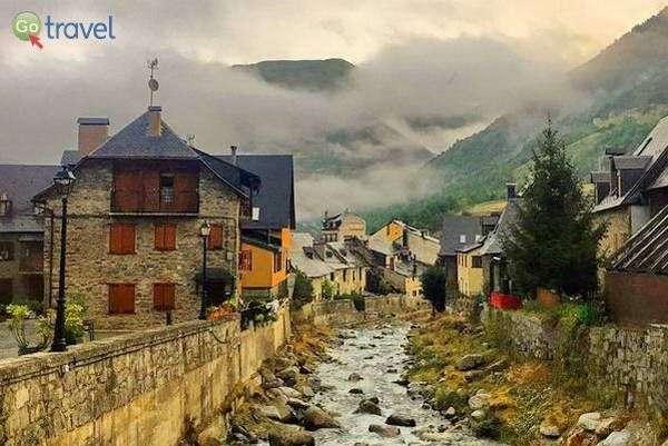 הכפר וייה - כפר טיפוסי להרי הפירנאים  (צילום: עומר בריקמן)