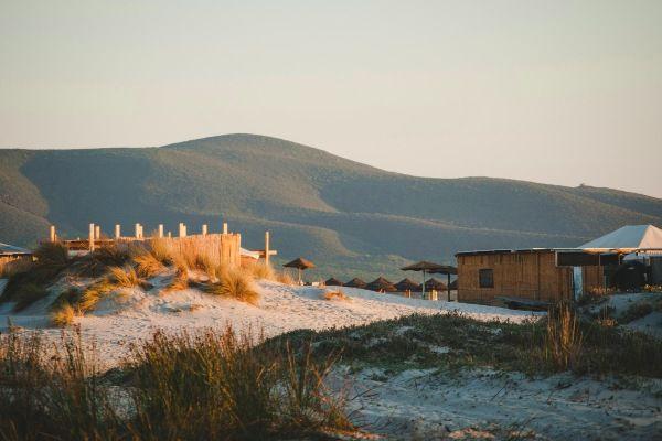 העיירה פורטו פינו בחולות של דרום סרדיניה (צילום: Juli Kosolapova)