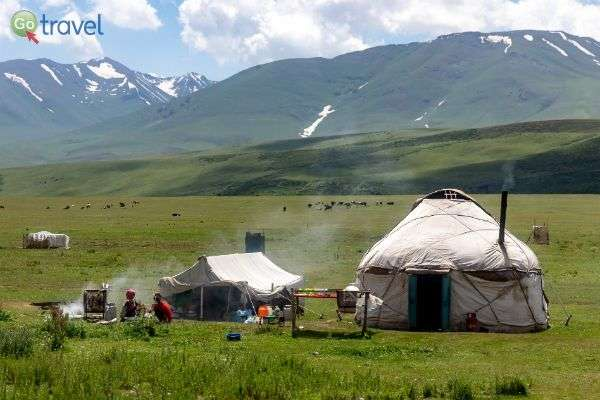 אוהלים מסורתיים מארחים מטיילים (צילום:  Ninara)