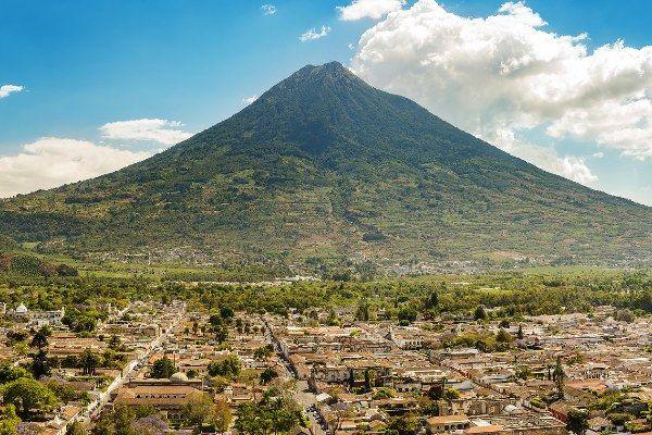 העיר אנטיגואה גואטמלה למרגלות הר הגעש אגווה (צילום: Jose Hernandez)