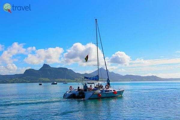 בסירת קטאמרן בין האיים והחופים  (צילום: עמית אופיר)
