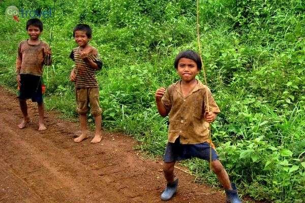 ילדים כפריים מקדמים את פני האורחים (צילום: Kyle Taylor)