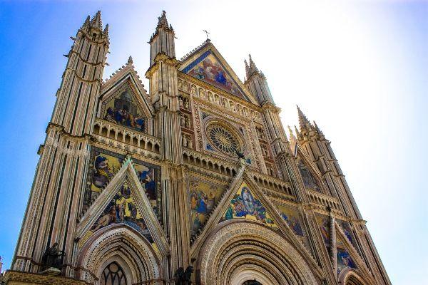 הקתדרלה המרשימה בעיר אורבייטו (צילום: Andy Hay)