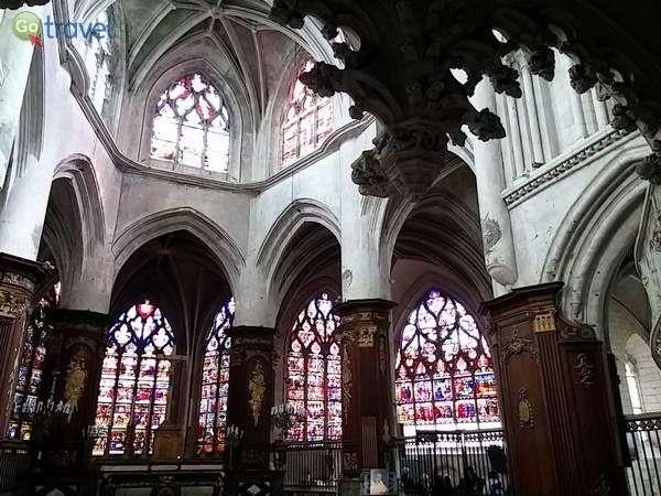 חלונות ויטראז' בקתדרלה של טרואה  (צילום: כרמית וייס)