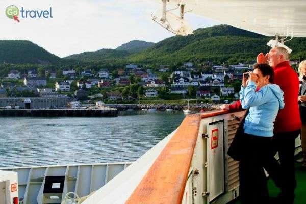 הדואר מגיע לכל העיירות הקטנטנות על קו החוף, וכך גם המטיילים (צילום: Hurtigruten)