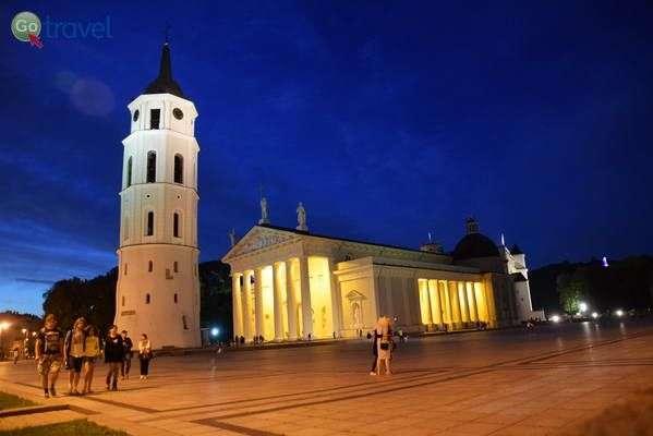 כיכר הקתדרלה של וילנה בליל קיץ  (צילום: כרמית וייס)