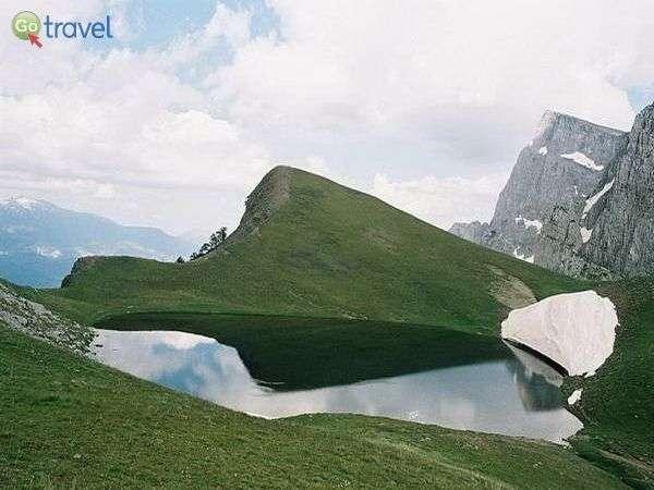 אגם הדרקון באביב  (צילום: astrakarefuge.com)