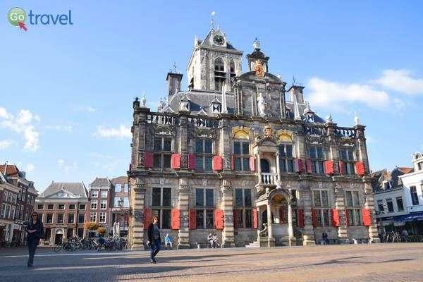 בית העירייה על תריסיו האדומים  (צילום: כרמית וייס)