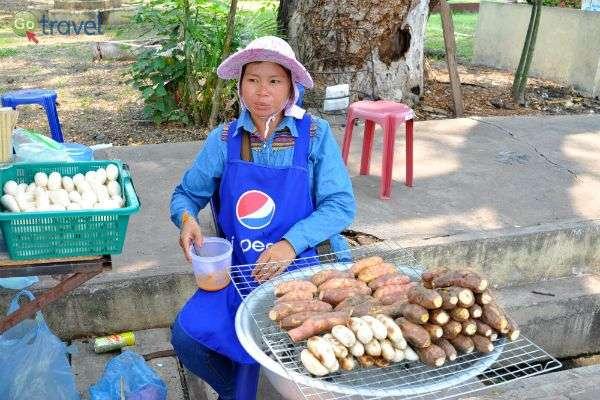 מוכרת בטטות מוכנות לאכילה, מחוץ למקדש (צילום: Chris Feser)