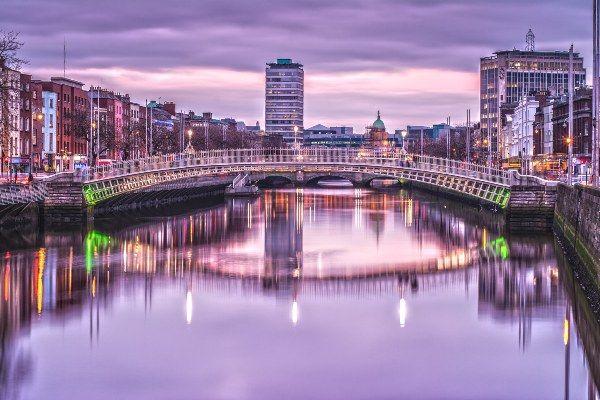 """גשר """"חצי פני"""" מחבר בין גדות נהר ליפי החוצה את העיר (צילום: Mike O'Sullivan)"""