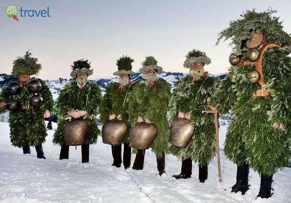 אנשי היער בשמלות ענפי אשוחים  (צילום באדיבות: Swiss1)