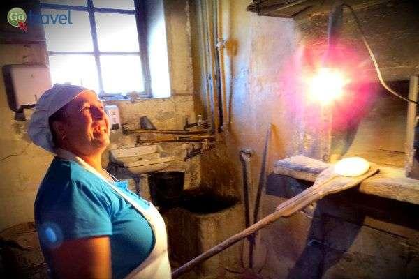 אפיית לחם היא אמנות שעוברת מדור לדור, באותו התנור (צילום: ירדן גור)