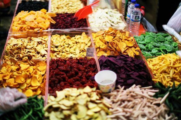 הצבעוניות חוגגת בשוק ברחוב די-חואה (צילום: Mickey_Liaw)