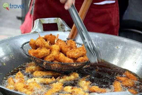 אוכל רחוב בשוק מקומי   (צילום: ניסים טורקיה)