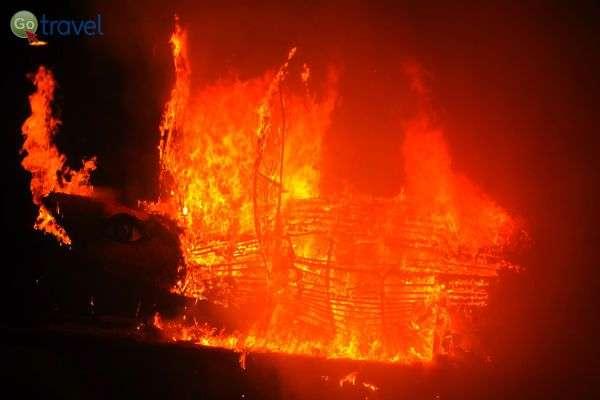 """שריפת """"הסרדין"""", בתום הקרנבל המרשים (צילום: נעם סלע)"""