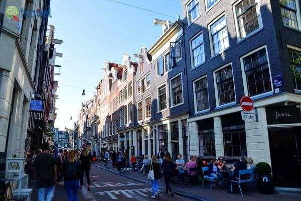 מקומיים מבלים באזור תשעת הרחובות  (צילום: כרמית וייס)