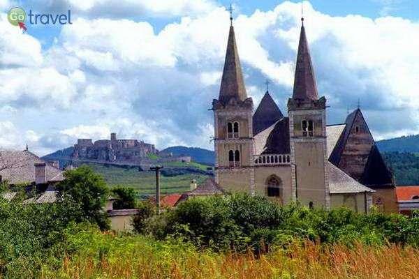 כנסייה עתיקה וברקע מצודת ספיש  (צילום: כרמית וייס)