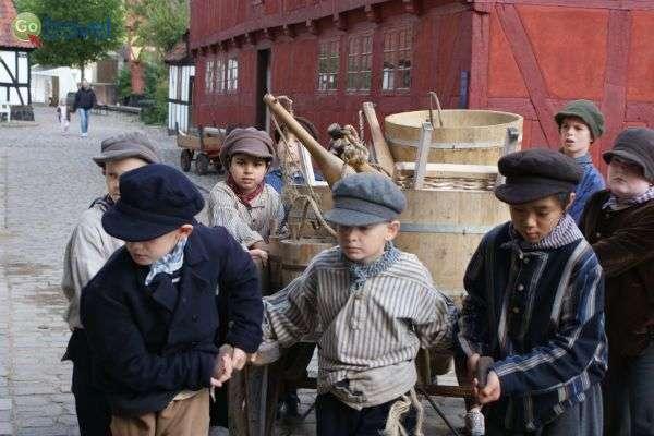 ילדים משתתפים בחוויה במוזיאון העיר העתיקה (צילום: Den Gamle By)