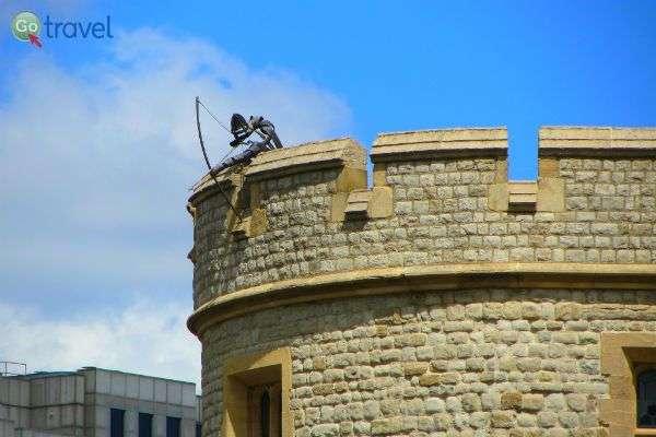 """""""צלף"""" בראש המגדל של לונדון (צילום: Tammy Young Heck)"""