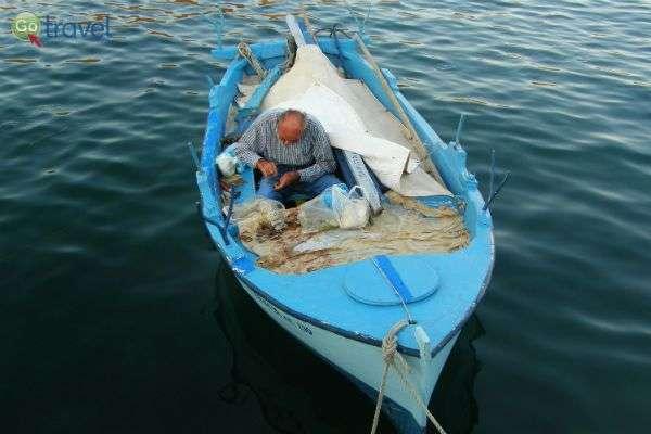 סירת דייגים קטנה בעיר ארמיוני (צילום: עופר ויסמן)
