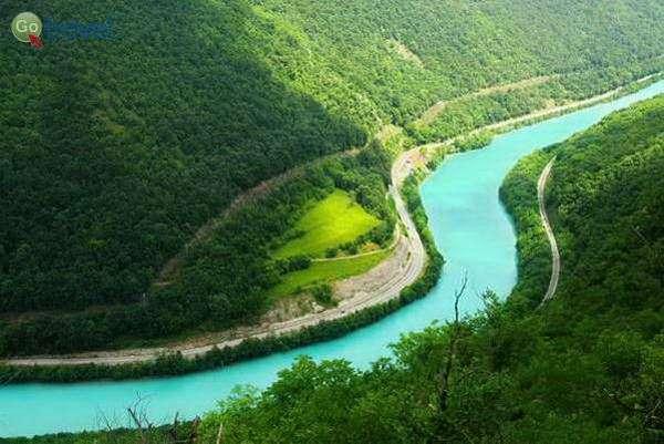 הנהר חותר בסלע הגיר  (צילום: Kaja Avberše)