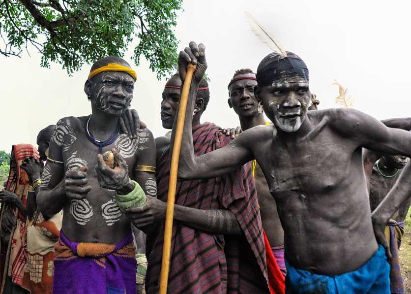 לוחמי שבט המורסי (צילום: Rod Waddington)