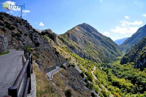 הדרך לכפר קסטרוולווה   (צילום: הילה וייס טישלר)