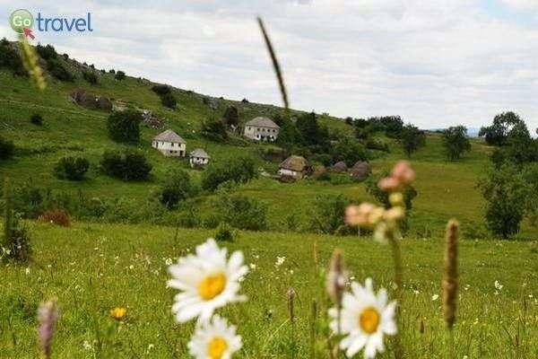 כפר קטנטן מעל נהר אובץ'  (צילום: כרמית וייס)