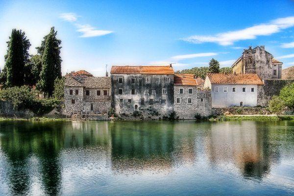 העיירה טרבינייה על גדות נהר טריבשניצה (צילום: todor)