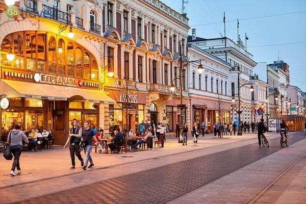 מדרחוב פיוטרקובסקה שוקק חיים ואלגנטי  (באדיבות: לשכת התיירות של לודג')