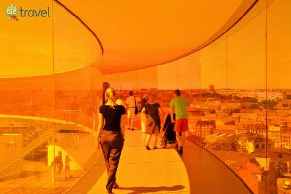 תצפית צבעונית על העיר מגג המוזיאון של ארהוס (צילום: ARoS Aarhus Kunstmuseum)