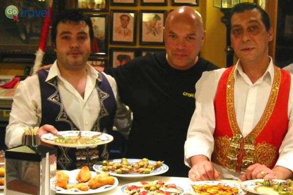 עבודת צוות במסעדה וולנסיאנית (צילום: צחי בוקששתר)