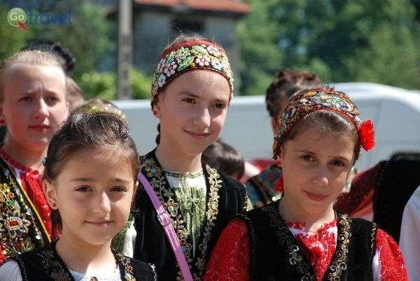 ילדות מקומיות בבגדים מסורתיים (צילום: גולן לובנוב)